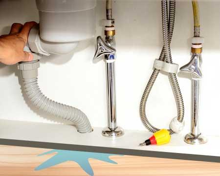 流し台のシンク下の水もれと、床との隙間から水が出てくる水もれ